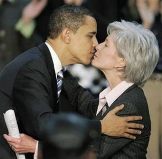obama-kissing-sebelius.jpg