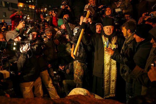 Ukraine_Priest_Sledgehammer.jpg
