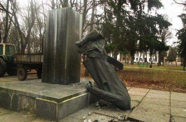 Lenin_Statue_Broken.jpg