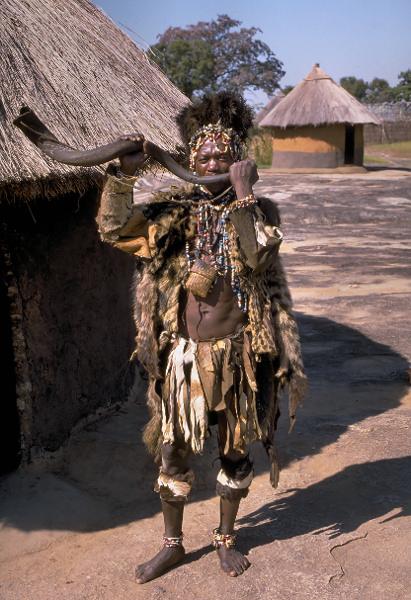 Shona_witch_doctor_(Zimbabwe).jpg