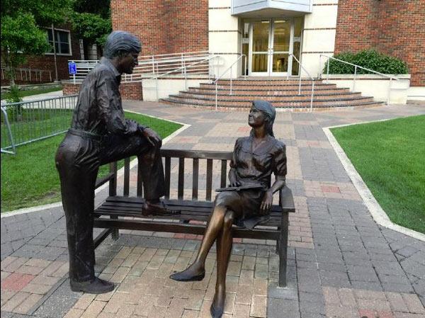 Statue_Man_Woman_Talking.jpg