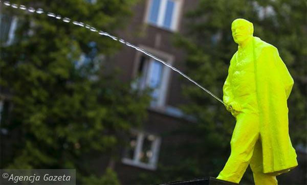 Lenin_Pissing_Statue_Poland_600.jpg