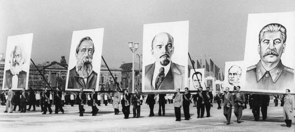 kna.fractals.DDR.1953.05.01.(Marx.Engels.Lenin.Stalin).Berlin, Marx-Engels-Platz, Demonstration.EXCERPT.(w=600).jpg