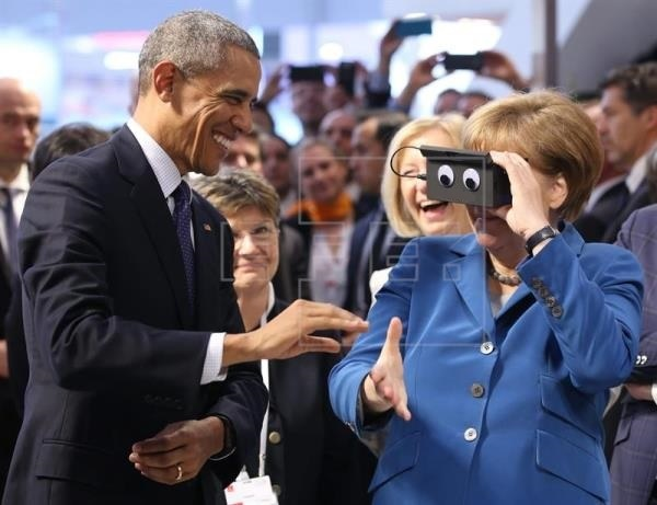 US.DE.2016.04.25.Obama.Merkel.(Hannover.Messe.Virtual-Reality.eyes.augen).6.(copy).cleaned.jpg