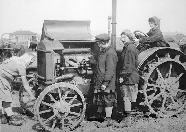 SU.Женщины-трактористки у трактора Интернационал.1929.traktoristin.tractor.(600).jpg