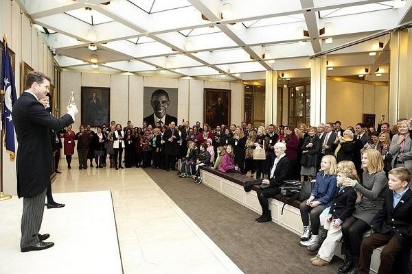 US.UK.2013.12.15.Obama.US embassy in London unveils huge tapestry of Obama.EXCERPT.2.jpg