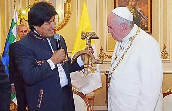 BOL.VAT.2015.07.09.Morales.Pope.Francis.Hammer-and-Sickle.1.(600).jpg