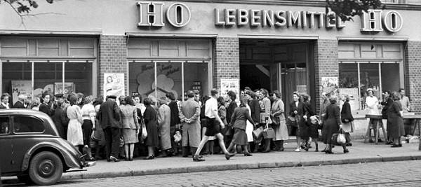 DDR_Schlangestehen_line_HO_1950_1.jpg