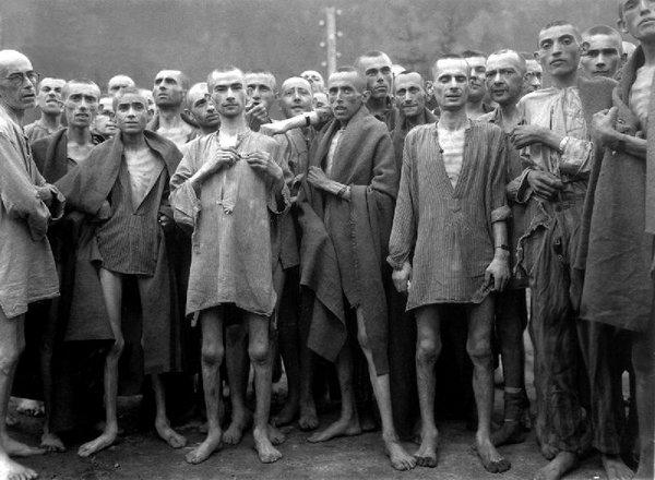 WIK_Ebensee-concentration-camp-prisoners_1945.jpg