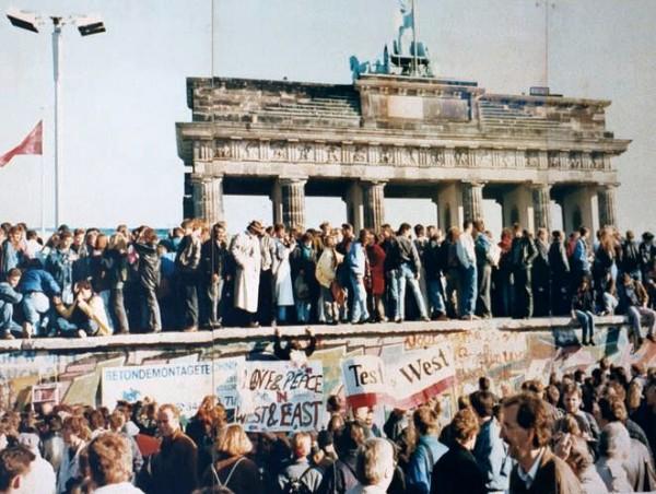 West_and_East_Germans_at_the_Brandenburg_Gate_in_1989.jpg